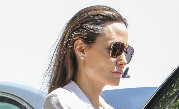 Angelina Jolie pulitti lukaalistaan sievoisen summan.