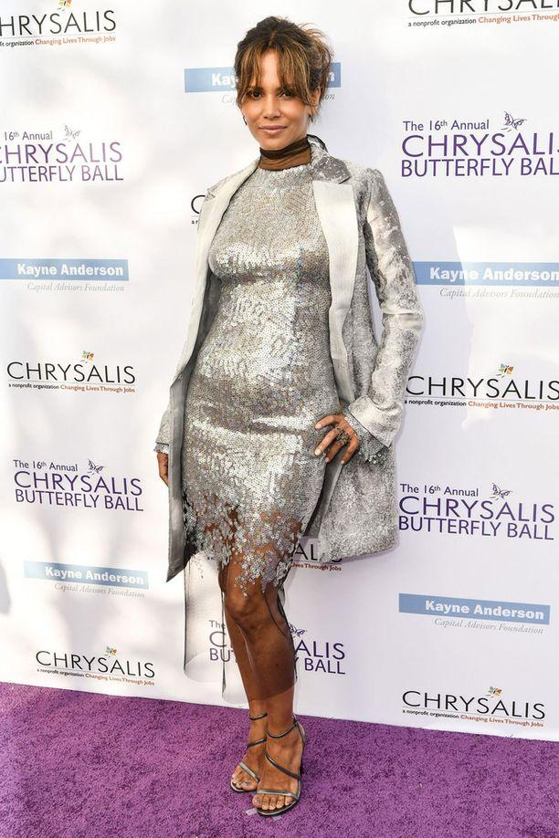 Halle Berry edusti upeassa hopeisessa paljettimekossa.