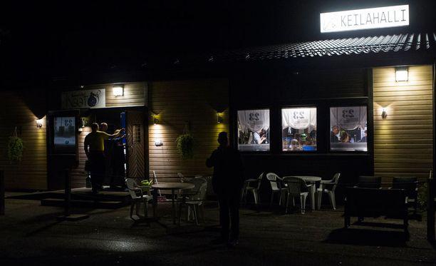 Keilahallin kisakatsomon valot loistivat Pielaveden yössä.