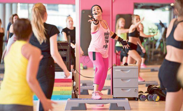 Ohjaaja Terhi kannustaa Elixia Kampin Cardio Step Interval -tuntilaisia. Tunti on yksi keskuksen rankimmista ja hauskimmista.