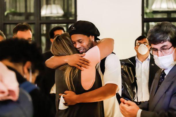 Ronaldinho halasi ystäväänsä saavuttuaan hotellilleen.