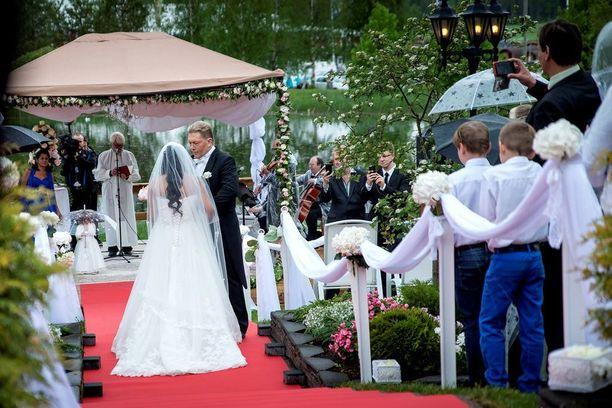 Avioehdon voi tehdä naimisiinmenon yhteydessä tai avioliiton aikana. Kauppias ja yrittäjä Vesa Keskinen avioitui viime kesänä Jane-vaimonsa kanssa, ja parille tehtiin tiukka avioehto. Kalle Lydman