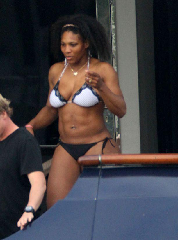 Serena Williams on erittäin lihaksikas. Näkeehän sen jo sixpackista.