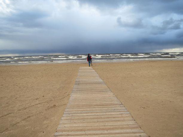 Pilvisenä päivänä tyhjä ranta on upea näky.