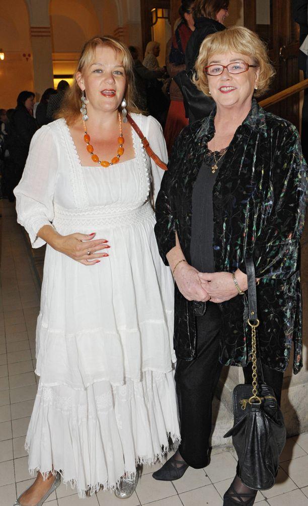 Annina Holmberg (vas.) ja hänen äitinsä Ritva Holmberg Kansallisteatterissa vuonna 2009.