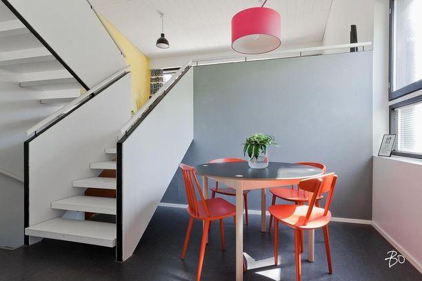 Murrettuja ja kirkkaita värisävyjä yhdessä. Huomaa kaksi eriväristä seinää samassa tilassa.