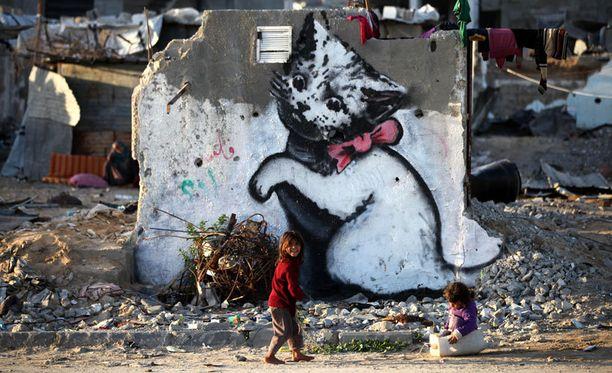 Banksyn kissateos on maalattu pommitetun talon raunioihin.
