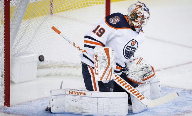 Mikko Koskinen debytoi Oilersin maalilla ottelussa Calgary Flamesia vastaan ja päästi taakseen kolme laukausta.