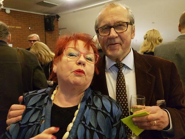 Tuija Piepponen tapasi Panu Rajalan ja iloitsi kesäpestistä Pyynikin pyörivään kesäteatteriin.Jo kuudes kerta Pyynikillä, taidenäyttelykin on tulossa, Tuija nauroi. Panu kirjoittaa elämänkertaa Iki Kiannosta.