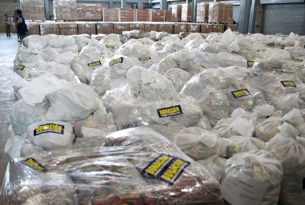 Apupaketit odottavat rajalla pääsyä Venezuelaan.