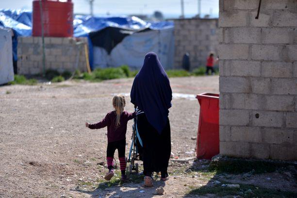 Isis-taistelijoiden vaimoja ja lapsia on levittäytynyt useille pakolaisleireille Syyriassa.