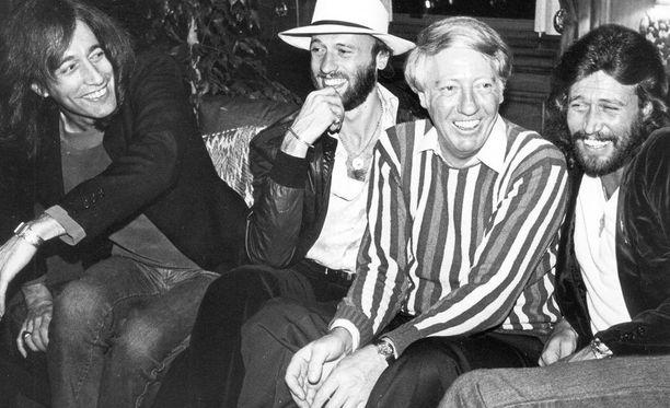 Bee Gees -kokoonpanon Barry Gibb, Robin Gibb, Maurice Gibb sekä manageri Robert Stigwood.