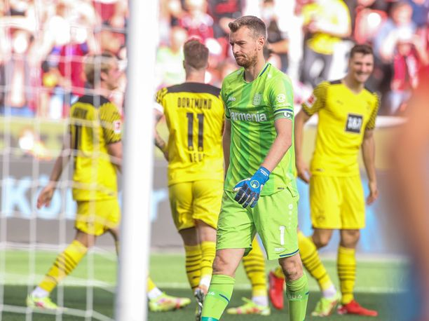 Lukas Hradecky joutui kaivamaan pallon selkänsä takaa neljä kertaa.