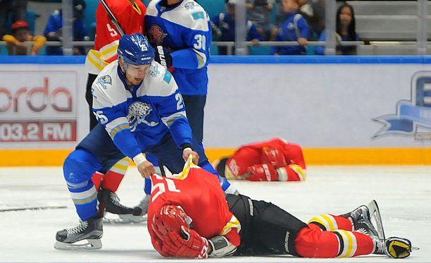 Damir Ryspajev hakkasi Red Star Kunlunin pelaajia harjoitusottelussa viime maanantaina.