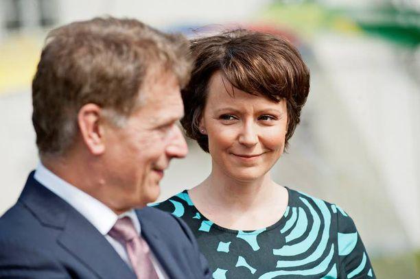 Sauli Niinistö oli eduskunnan puhemies ja Jenni Haukio Kokoomuksen viestintäpäällikkö, kun pari asteli vihille Reposaaren kirkossa tammikuussa 2009. Pariskunta oli tuolloin seurustellut jo pari vuotta, mutta onnistui pitämään suhteensa salassa häihin asti.
