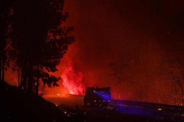 Paloauto ohitti liekkimeren Ponte de Mocelassa, Louisassa, Portugalissa.