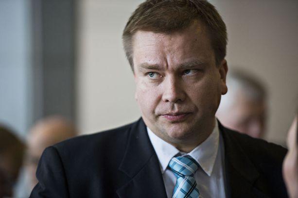 Keskustan eduskuntaryhmän puheenjohtaja Antti Kaikkonen toivoo sairauslomalle jääneelle oikeus- ja työministeri Jari Lindströmille (ps) pikaista toipumista.