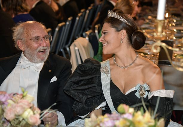 Kruununprinsessa Victoria (oik) nauratti fysiikan Nobel-palkinnon saanutta Michel Mayoria viime vuoden juhlaillallisella.