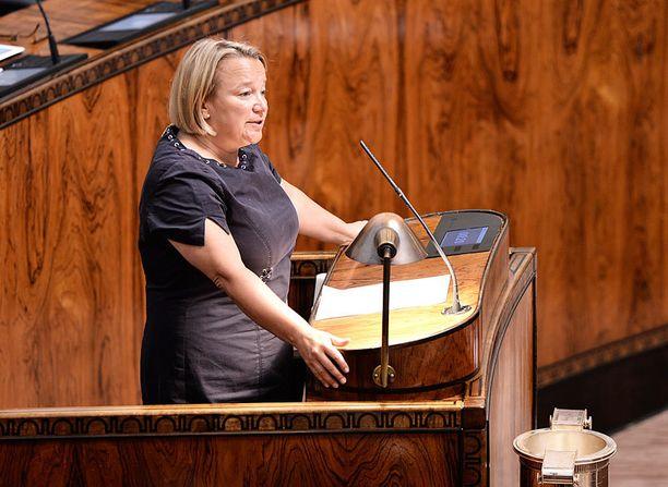 Eduskunnan tarkastusvaliokunnan puheenjohtaja Tuija Brax muistuttaa että sittemmin oppositioon siirtynyt vihreät oli mukana hallituksessa jota arvioi.