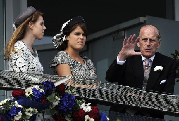 Prinsessa Eugenie (keskellä) on julkaissut muistokirjoituksensa prinssi Philipille.