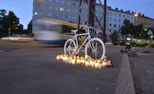 Turmapaikalle tuotiin valkoinen pyörä muistoksi tapahtuneesta.