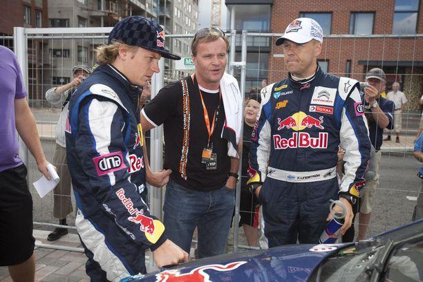 Kaj Lindström (oik.) toimi Kimi Räikkösen kartanlukijana. Keskellä Toyotan rallitallin nykyinen päällikkö Tommi Mäkinen. Kuva on Jyväskylän MM-rallista 2010.