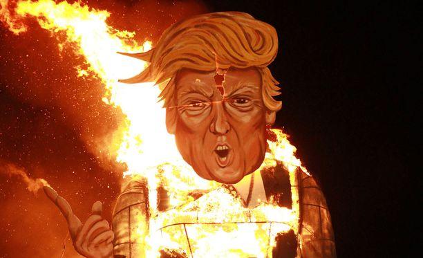 Pahvinen Trump tuikattiin palamaan lauantai-iltana.