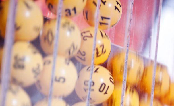 Kun arvottavia numeroita on neljäkymmentä, todennäköisyys saada seitsemän oikein -rivi on yhden suhde 18,6 miljoonaan.