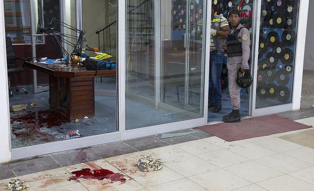 Ilmeisesti toimittajat ammuttiin studion lasin läpi.