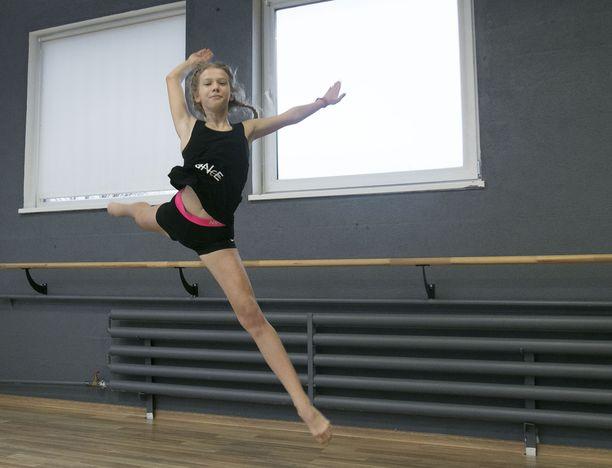 – Annalisa on tanssinut 4-vuotiaasta ja on niin hyvä, että käytän häntä apulaisvalmentajana omassa tanssinopettajan työssäni, äiti kehuu tytärtään.