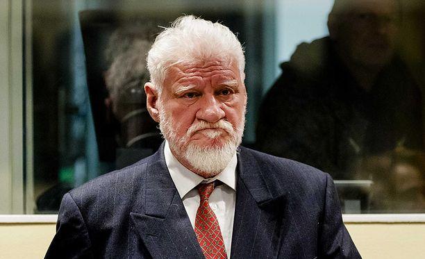 Slobodan Praljak otti myrkkyä oikeudenkäynnissä Haagissa keskiviikkona.