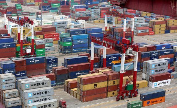 Yhdysvallat on ilmoittanut asettavansa 25 prosentin tullit Kiina-tuontiin, jonka arvo on 50 miljardia dollaria. Presidentti Trump on arvostellut Kiinan toimintaa maailmanmarkkinoilla ja vaatinut USA:lle alijäämäisen kauppataseen supistamista.