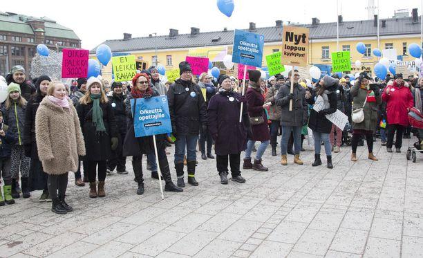Lastentarhanopettajat järjestivät lauantaina Helsingissä Narikkatorilla Alkusoitto-nimisen mielenilmauksen, jossa he vaativat alalle parempaa palkkaa.