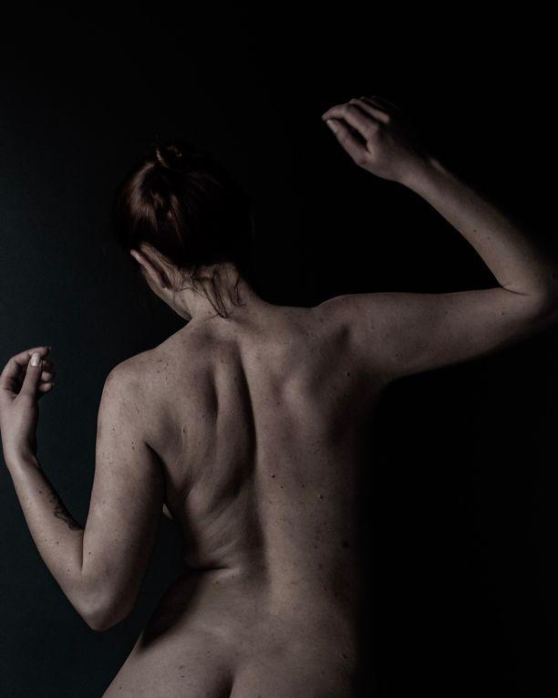 Omaa kehoa voi oppia rakastamaan sellaisenaan. Kuvan nainen ei liity juttuun.