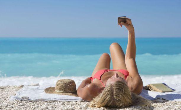 Melina Roberge haaveili selfieiden ottamisesta eksoottisissa matkakohteissa. Kuvituskuva.