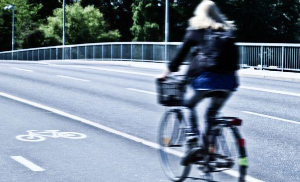 Naiset suosivat miehiä useammin työmatkapyöräilyä.