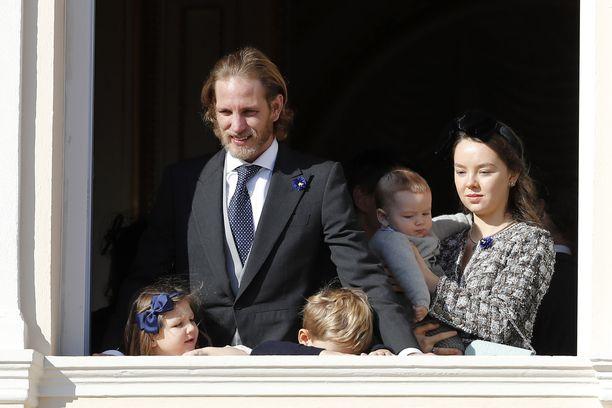 Prinsessa Carolinen vanhin poika Andrea Casiraghi (vas.) lastensa Indian ja Sashan kanssa. Carolinen nuorin tytär Hannoverin prinsessa Alexandra (oik.) pitää sylissään veljenpoikaansa Francescoa.