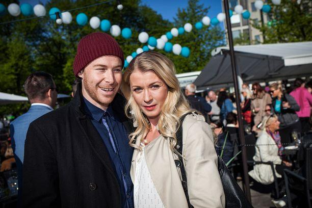 Darren ja Monika poseerasivat keväällä Iltalehdelle Erottajan Aurinkoterassi -baarin avajaisissa Helsingissä.