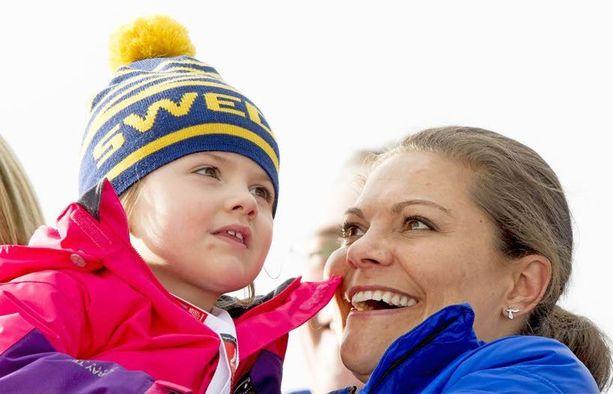 HELMIKUU 2015 Estelle ja Vickan kannustivat ruotsalaisia Falunin MM-kisoissa.