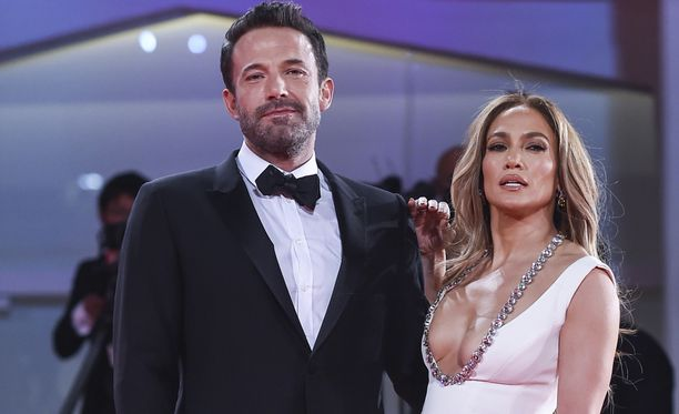 Ben Affleck ja Jennifer Lopez ovat palavasti rakastuneita. Lempiväiset nähtiin yhdessä Venetsian elokuvajuhlien punaisella matolla.