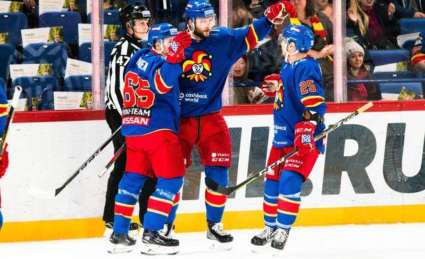 Jokerien Sakari Manninen (vas.), Nicklas Jensen ja Pekka Jormakka juhlivat Jensenin maalia.