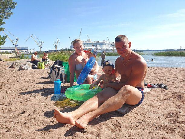 Elina Salmi, Oskari Toukometsä, Ilari Toukometsä ja Henri Toukometsä viettivät sunnuntaina rantapäivää Raisiossa.