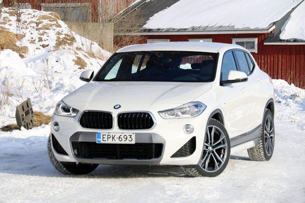 BMW X2:n olemus on edestä katsottuna selvästi jykevämpi kuin X1:ssä.