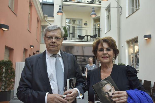 Göran Stubb ja Pirkko Mannola kiirehtivät teatteriin kirjanjulkistustilaisuudesta.