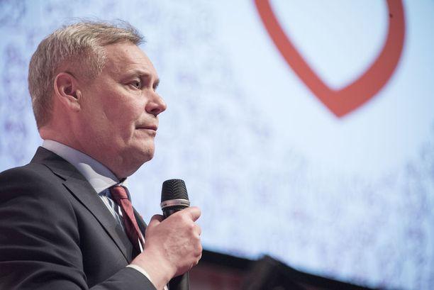 Rinne yllätti yleisön pitämällä intiimin puheen lavan edessä mikrofoni kädessä ja ilman papereita.