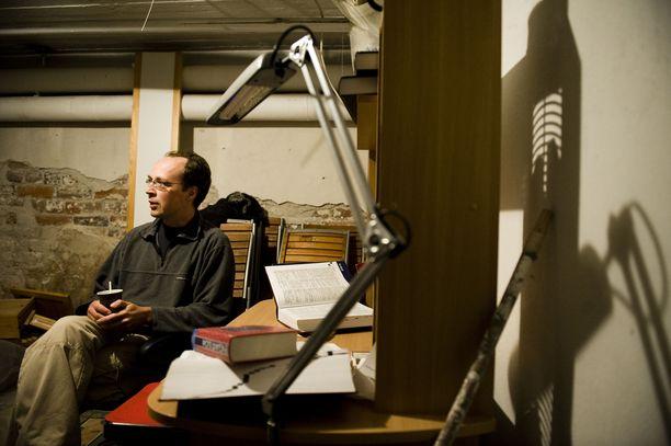 Vuoden 2008 kuntavaalien alla Jussi Halla-aho kirjoitti blogiaan kotinsa kellarissa.