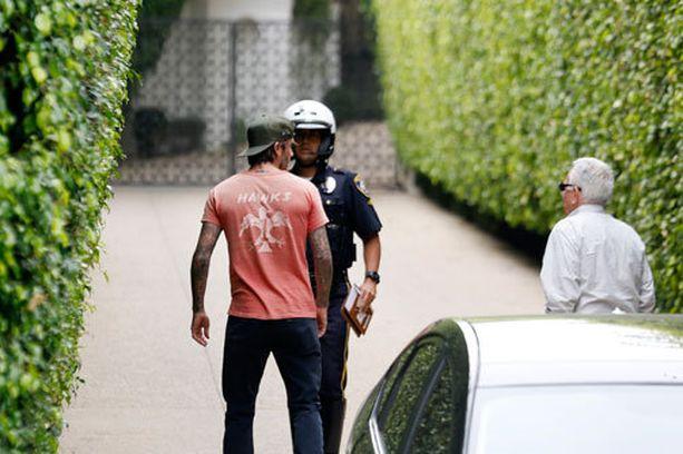 Poliisit kävivät Beckhamien loistolukaalilla tarkastamassa tilanteen.