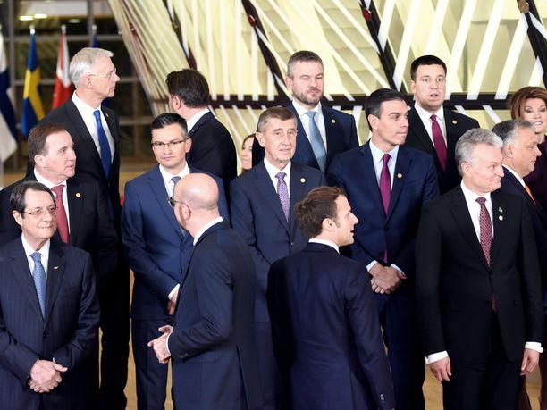 Muun muassa Eurooppa-neuvoston puheenjohtaja Charles Michel ja Ranskan presidentti Emmanuel Macron (selät vastakkain) etsivät katseellaan Suomen pääministeriä Sanna Marinia.
