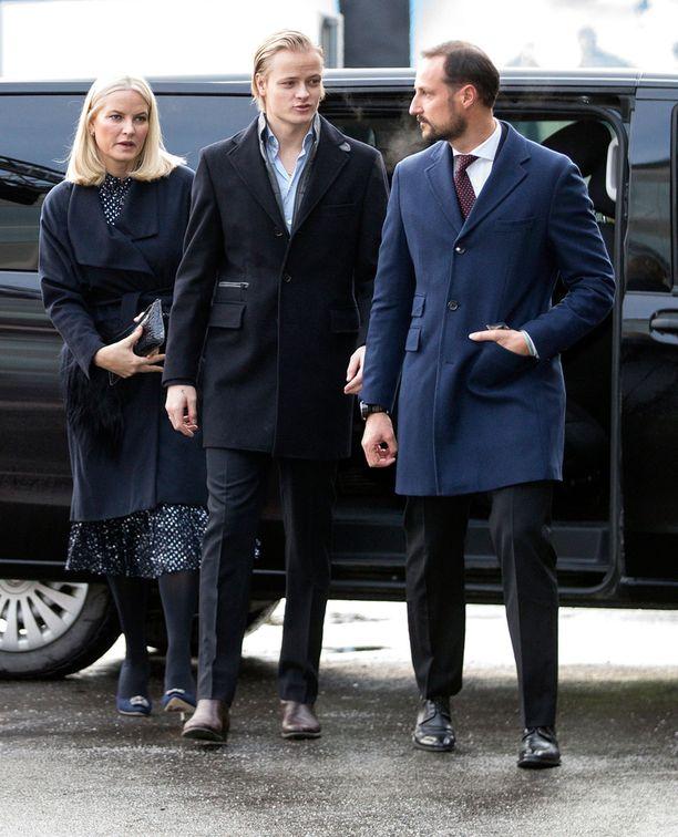 Marius kuvattiin joulun aikaan äitinsä Mette-Maritin ja isäpuolensa prinssi Haakonin kanssa.