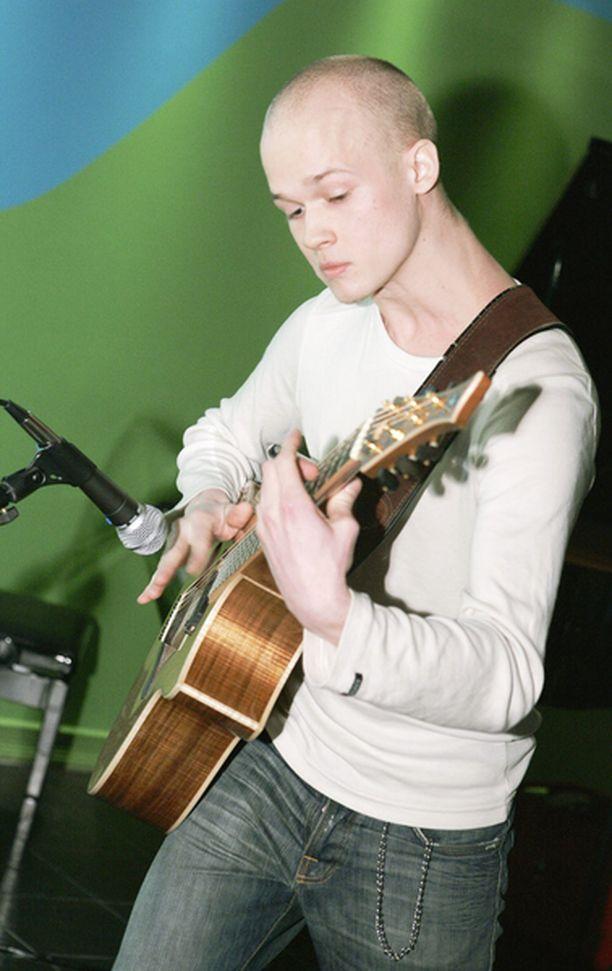 Petteri Sariola kitaroi persoonallisesti Tapiolan WeeGee-talolla. Pistäkää nimi mieleen. Innokkaimmat puhuvat jo ilmiöstä.